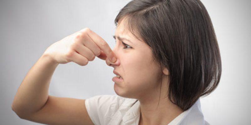 Какие болезни скрываются за неприятным запахом от тела и как с ним бороться
