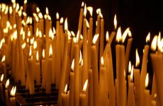 Кому в церкви ставить свечку за здравие и упокой: какому святому и как правильно?
