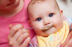 Почему ребенок много срыгивает после кормления грудью или смесями, причины, нормы и отклонения?